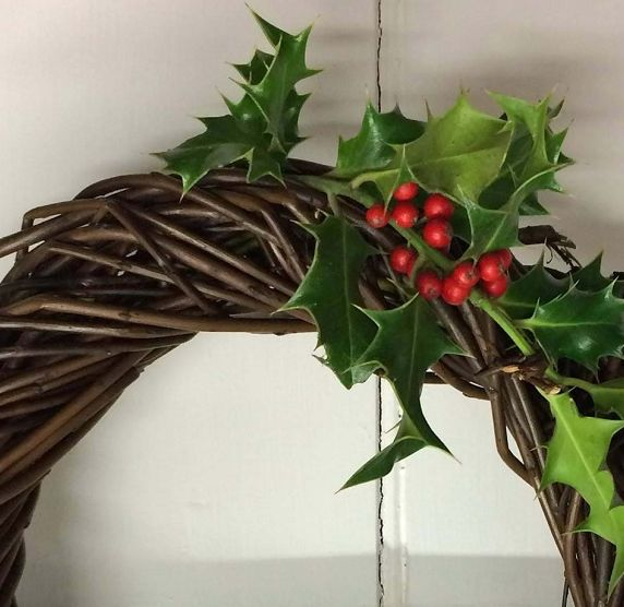 Christmas willow: angels, stars and wreaths