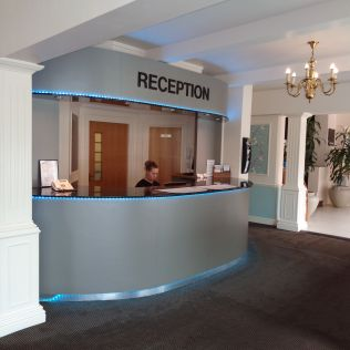 Aston Court Hotel - Shop 'Til You Drop! B&B with Late Check Out